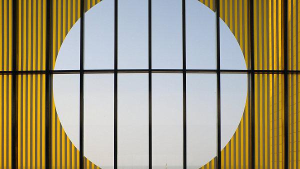 Přízemní hale Galerie Turner Contemporary vévodí instalace francouzského konceptuálního umělce Daniela Burena.