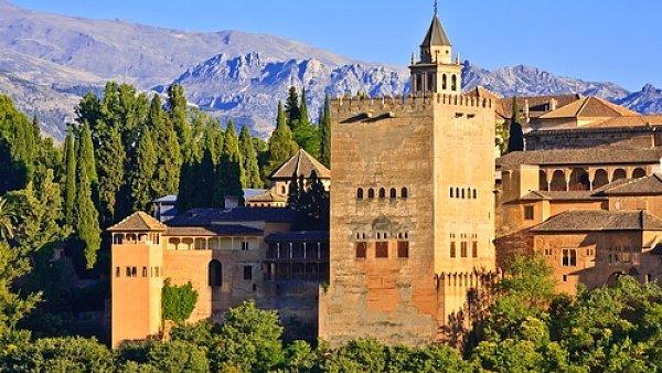 Jedním z lákadel Andalusie je slavná Alhambra.