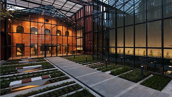"""Mohutná """"střecha"""" kryje hlavní přístupovou cestu do divadla v Malopolské zahradě umění v Krakově"""