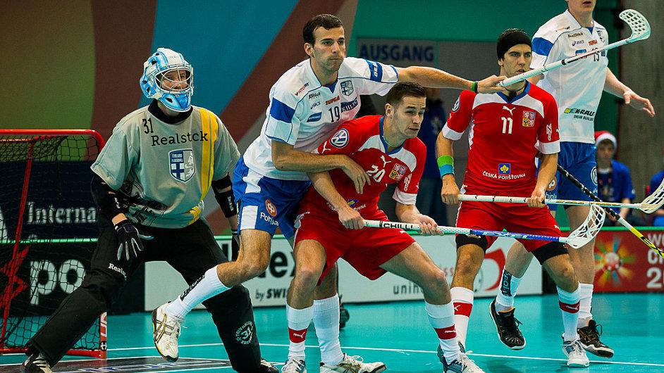 Martin Tokoš a Tomáš Sladký bojují před finskou brankou.