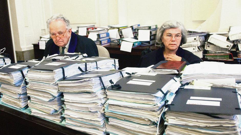 Soudci se spisy z procesu s manažery vytunelované společnosti H-System, který byl díky amnestii také zastaven.