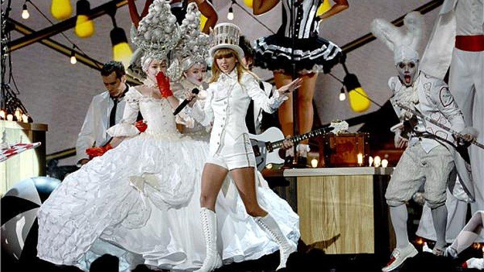 Taylor Swift s Cirque du Soleil na předávání Grammy.