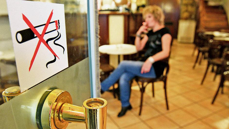 Kouření v restauraci - Ilustrační foto.