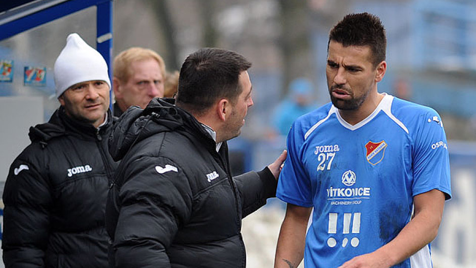 Milan Baroš opouští hřiště v zápase s Libercem
