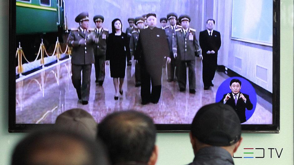 Lidé v jihokorejském Soulu sledují vůdce KLDR Kim Čong-una