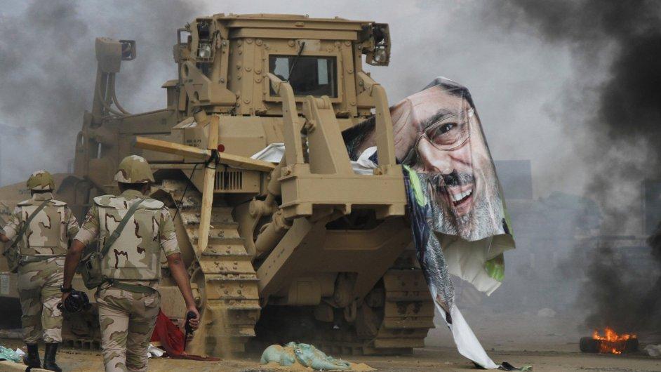 Policie a armáda vyklidila tábory Muslimského bratrstva
