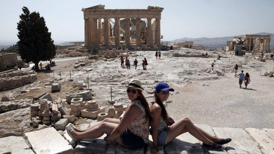 Turistky pózují u Akropole.
