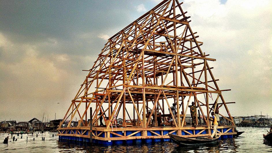 Nigerijský architekt Kunle Adeyemi nebezpečí povodní vyřešil tak, že obyvatelné konstrukce umístil přímo na moře.