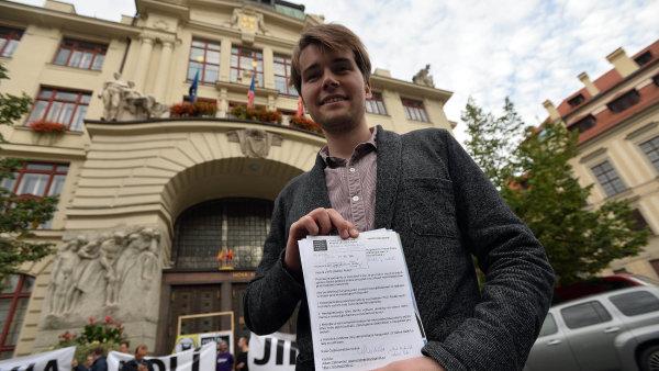 """""""Máme dokumenty, které svědčí o tom, že pražské stavební předpisy, jak je předložila primátorka, nevznikly v jejím sekretariátu,"""" řekl Jakub Michálek."""