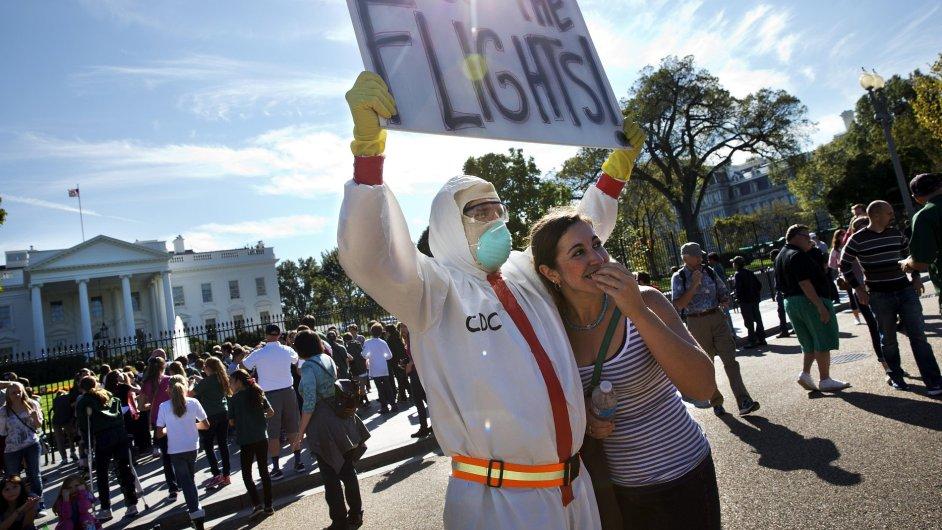 Protest před Bílým domem proti přijímání pacientů s ebolou
