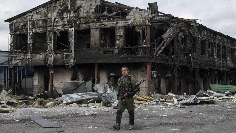Zničená továrna ve městě Nižnaja Krinka na východní Ukrajině (ilustrační foto)