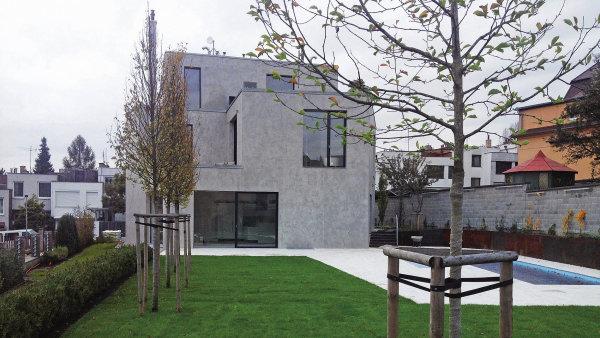 Pohled na vilu z architektonicky ztvárněné zahrady, kde nechybí bazén.
