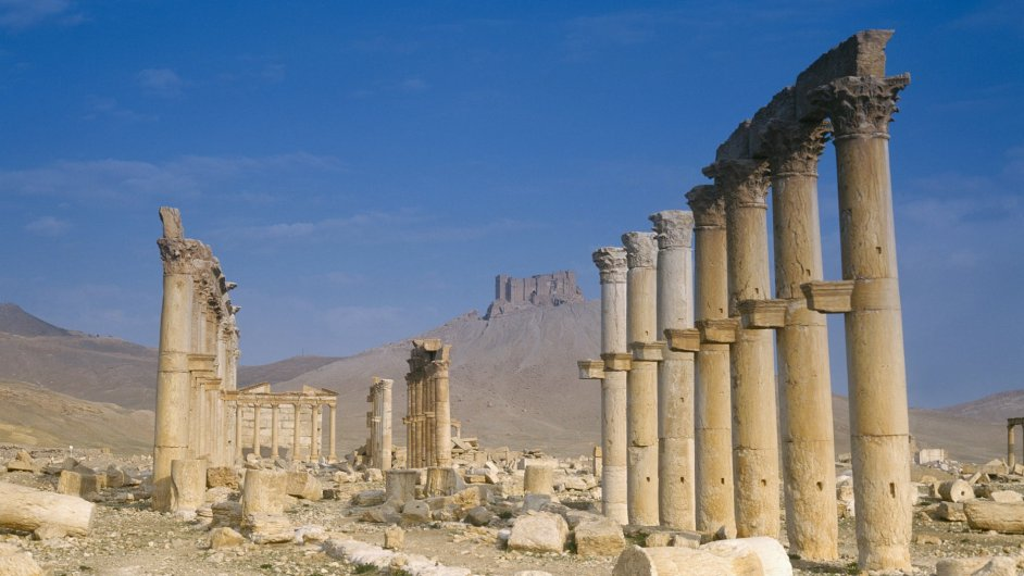 Podle syrských ochránců lidských práv se bojová linie nachází kilometr od slavných vykopávek starověké Palmýry.