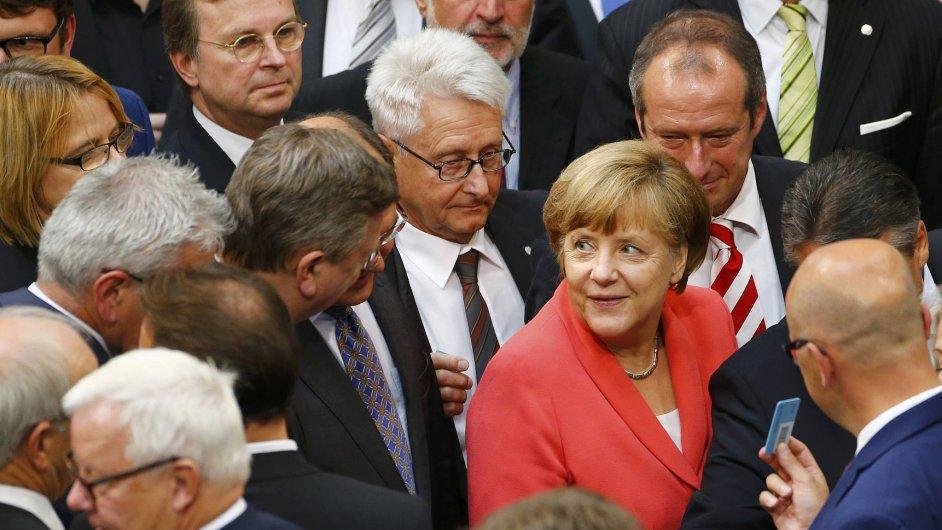 Německý Bundestag podpořil pomoc Řecku, padesát poslanců vládní strany ale hlasovalo proti kancléřce Merkelové.