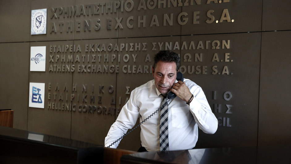 Řecké akcie v úterý začaly obchodování dalším propadem.