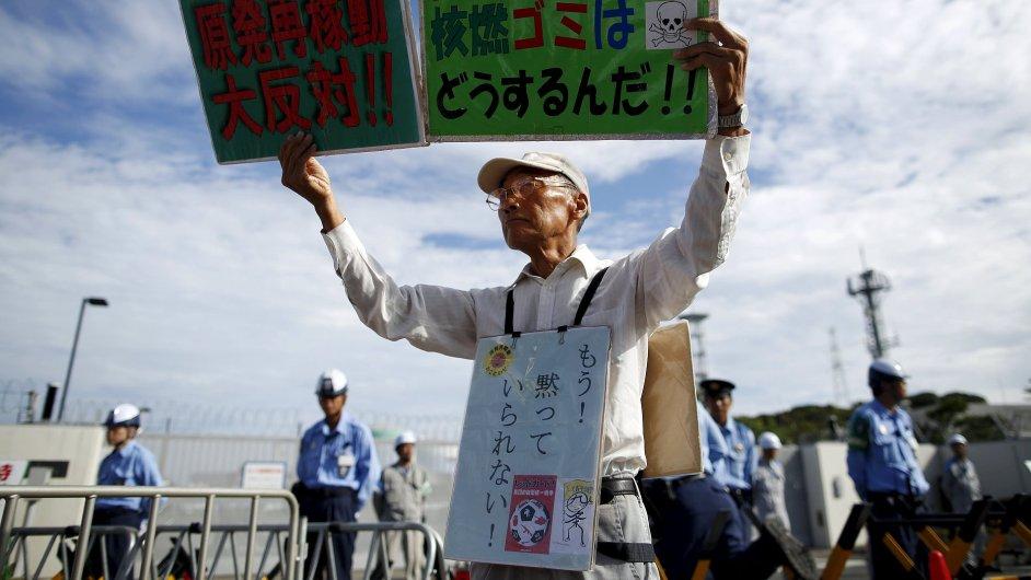 Demonstrant Shouhei Nomura před elektrárnou Sendai na jihozápadě Japonska.