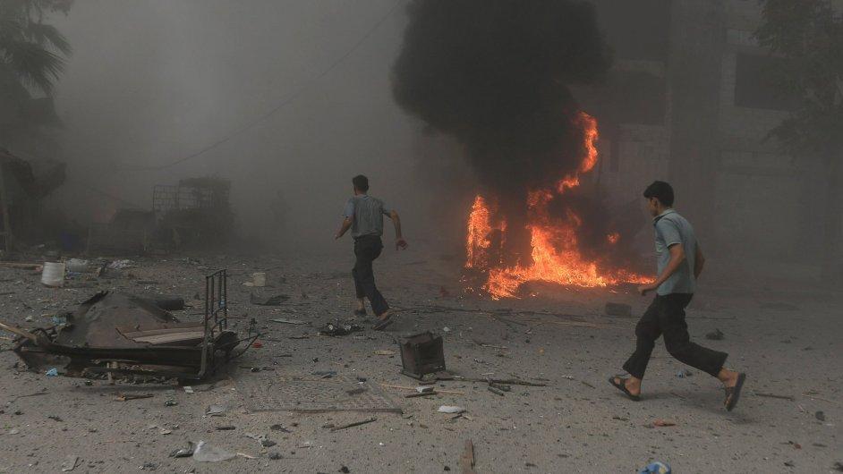 Při nedělních náletech syrského letectva zahynulo severně od Damašku okolo 80 lidí.