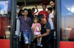 Migranti přestoupili na autobusy na chorvatsko-maďarské hranici.