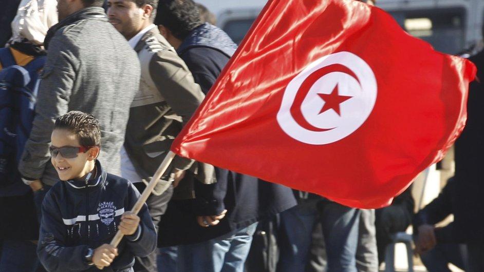 Chlapec s vlajkou během oslav třetího výročí tuniské revoluce.