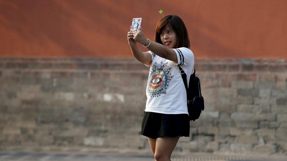 Čína podlehla novému módnímu trendu. Selfie s vlasovou dekorací musí mít každý.