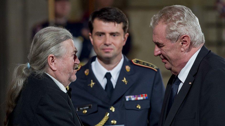 Prezident Miloš Zeman udělil medaili Za zásluhy zpěvákovi a herci Františku Ringo Čechovi.