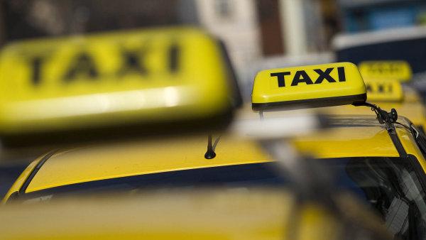 Dvě stovky taxikářů blokovaly letos v únoru osm hodin magistrálu u hlavního nádraží. Chtěli, aby magistrát zakročil proti službě Uber.