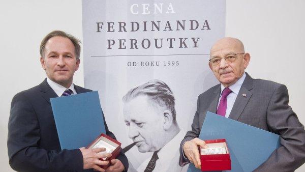 Novin��skou Cenu Ferdinanda Peroutky za rok 2015 obdr�eli dramaturg a ��fredaktor report�n� publicistiky �T Marek Wollner (vlevo) a novin�� a p�ekladatel Lubo� Dobrovsk�.