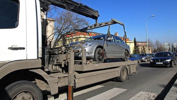 Nová pravomoc. Ředitelství silnic a dálnic jako správce hlavních dopravních tepen bude odkonce února smět nařídit odtažení vozidla, které ostatním překáží.