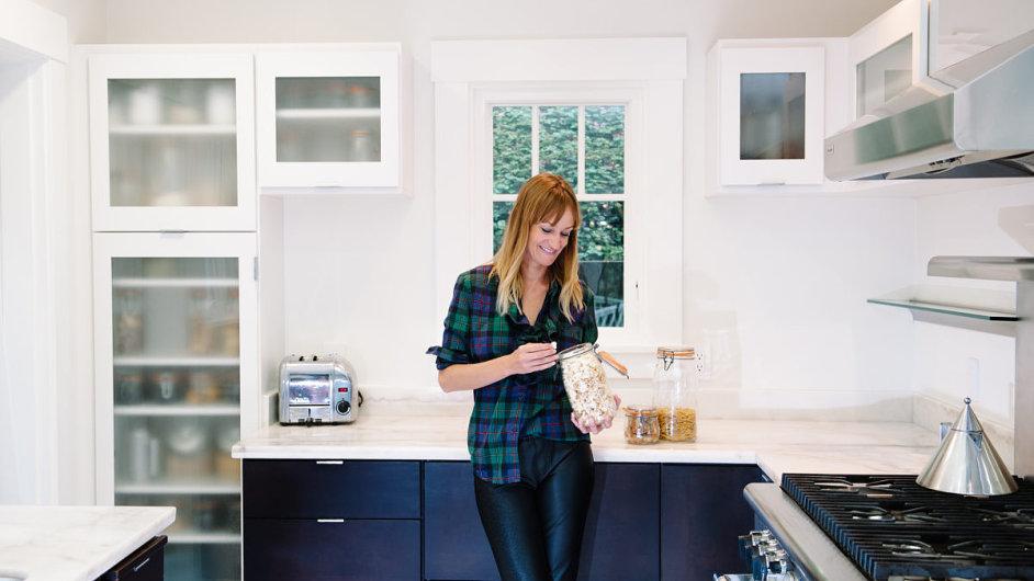 Bea Johnsonová ve své kuchyni. Těstoviny nakupuje do lahví