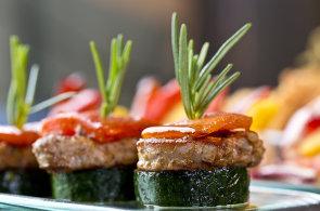 Novinky mezi kuchařskými knihami: Exotická gastronomie, bezlepkové recepty i nakládání od hub po citrusy