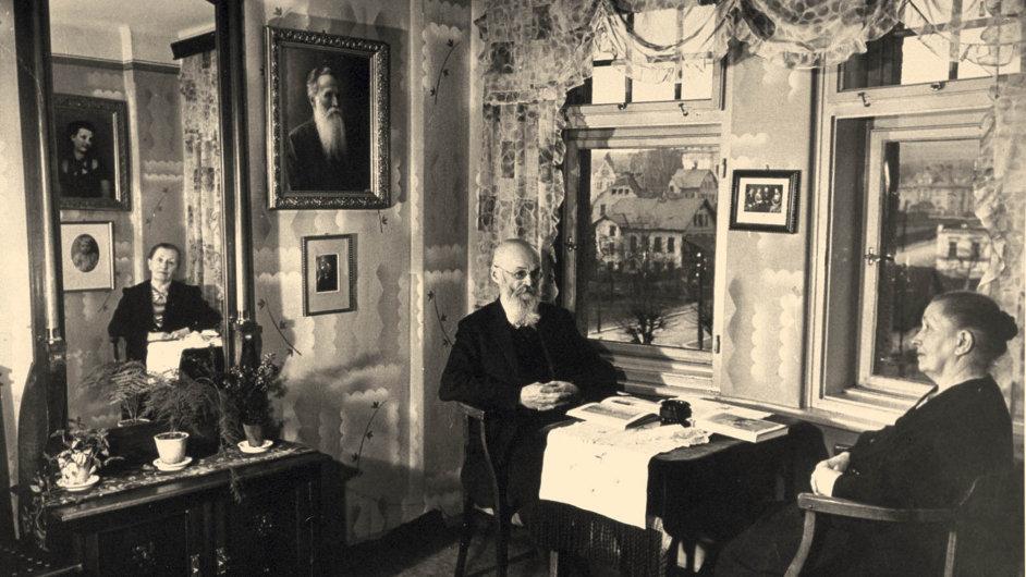 Rodiče KonradaHenleina ve svém bytě vRychnově uJablonce nadNisou.