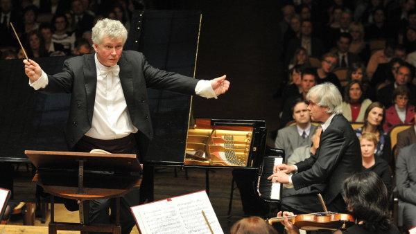 Zoltán Kocsis (vlevo) dirigoval vystoupení Maďarské národní filharmonie s klavíristou Dezsem Ránkim v červnu 2010 na Pražském jaru.