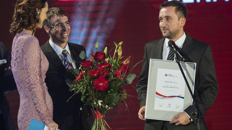 Bronzovou Firmou roku se stala firma Kufi Int z Plzně, zabývající se vývojem a výrobou tepelných čerpadel. Cenu přebírají (zleva) Lubomír Kuchynka a Michal Fiala.