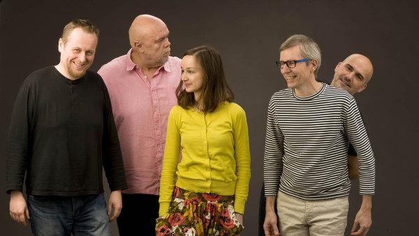 V kapele Jablkoň dnes hrají Johnny Judl, Michal Němec, Marie Puttnerová, Petr Chlouba a Martin Carvan.