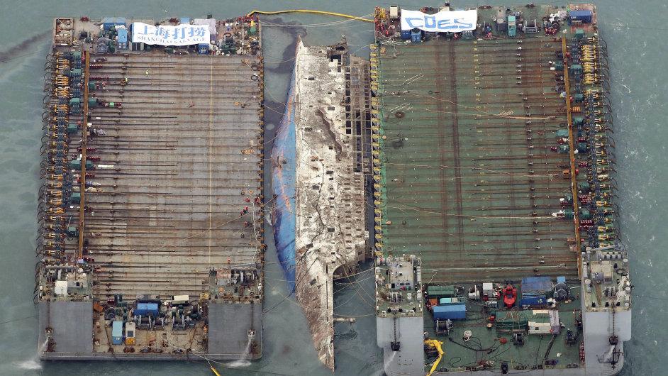 Potopený trajekt Sewol vyzdvihli po třech letech na hladinu.