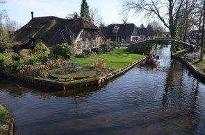 Nizozemské Benátky: V městečku Giethoorn nejsou silnice, jen stezky a vodní kanály