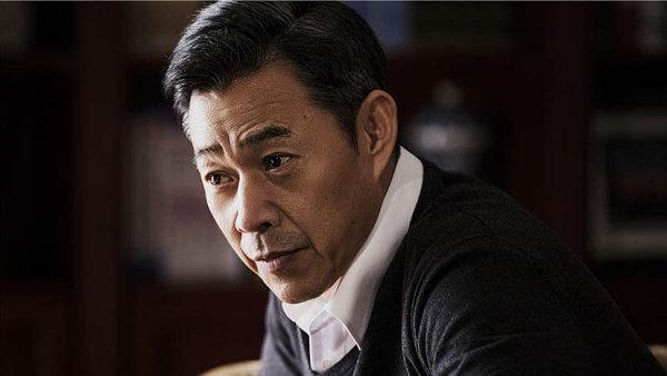Guvernéra v seriálu Ve jménu lidu ztvárnil herec Zhang Fengyi.