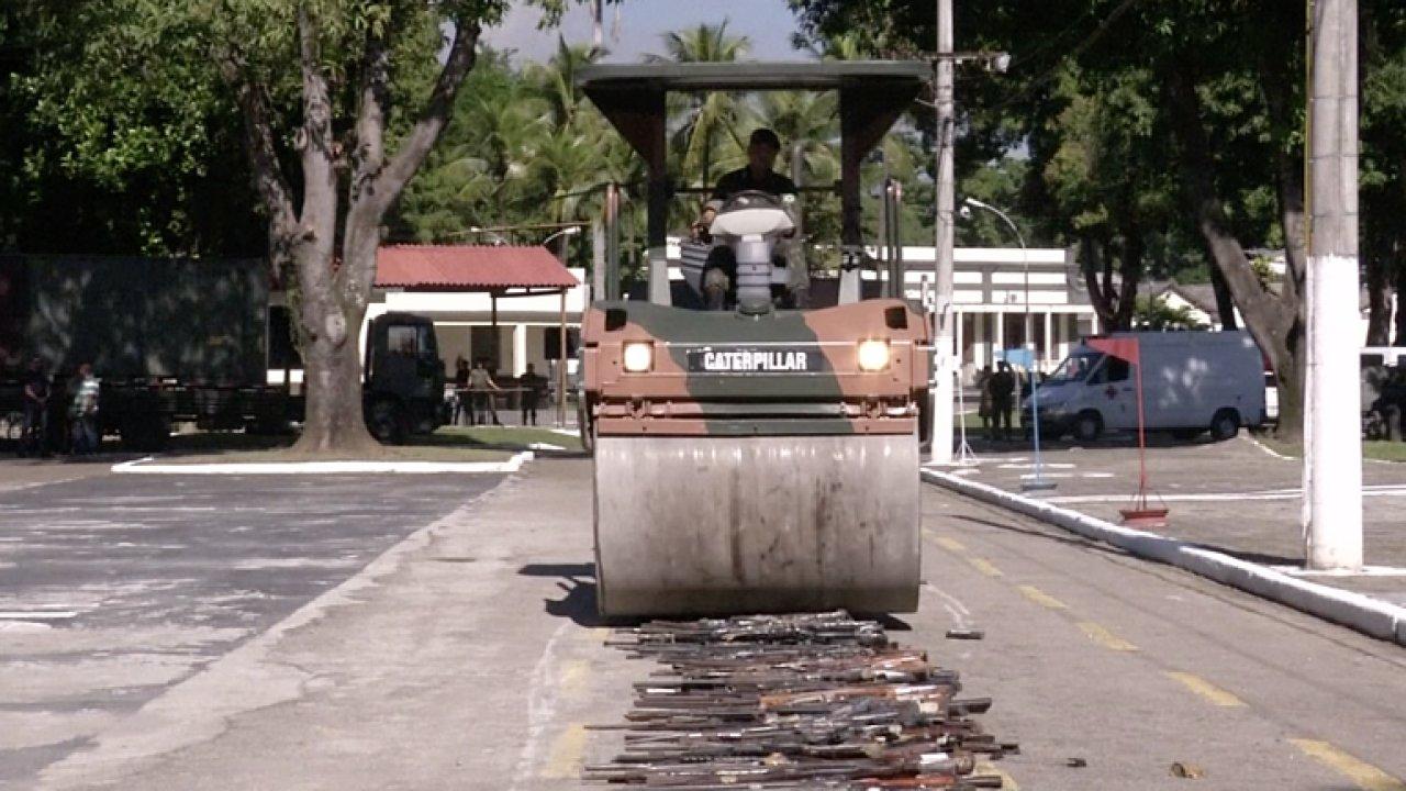 V Riu de Jaineru bojují s ilegálně drženými zbraněmi. Tisíce z nich přejeli parním válcem