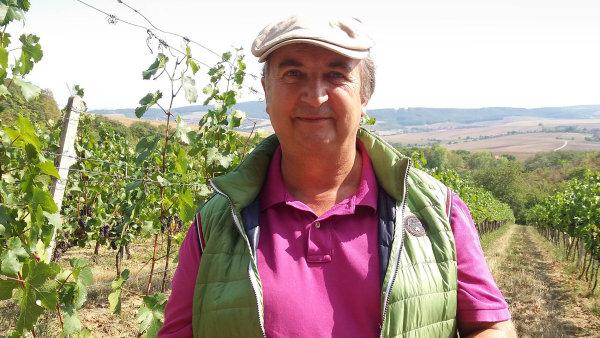 Radost ve vinici. Majitel Jaroslav Javornický zamířil po získání prestižní ceny ihned do vinohradů.