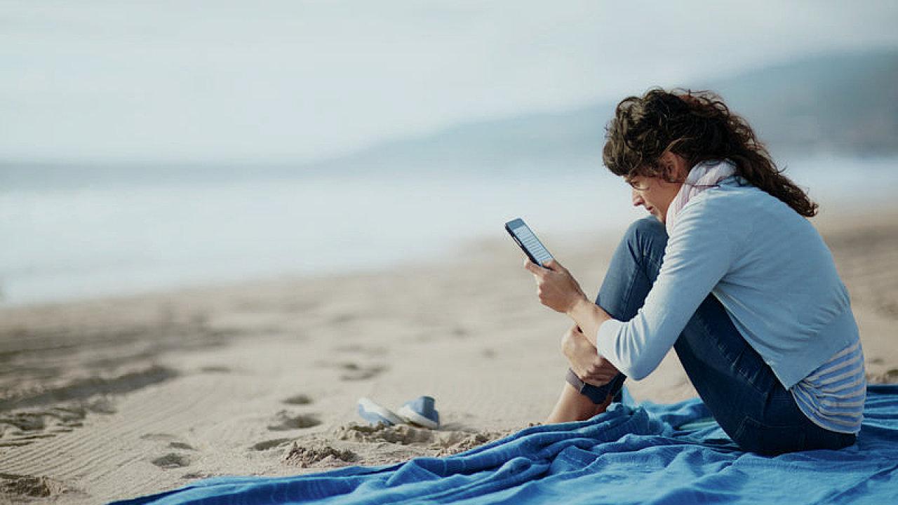 Většina Čechů se na dovolené bez mobilního zařízení neobejde