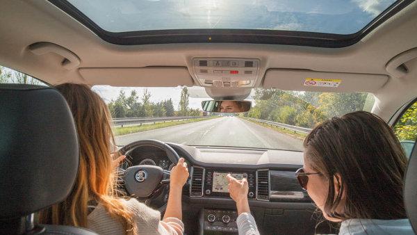 Před čtvrtstoletím si začala automobilka Škoda vychovávat nové pracovníky. Šanci na místo v ročním programu má jen třicet lidí z tisíce. Pro vyvolené je to dokonalá škola života.