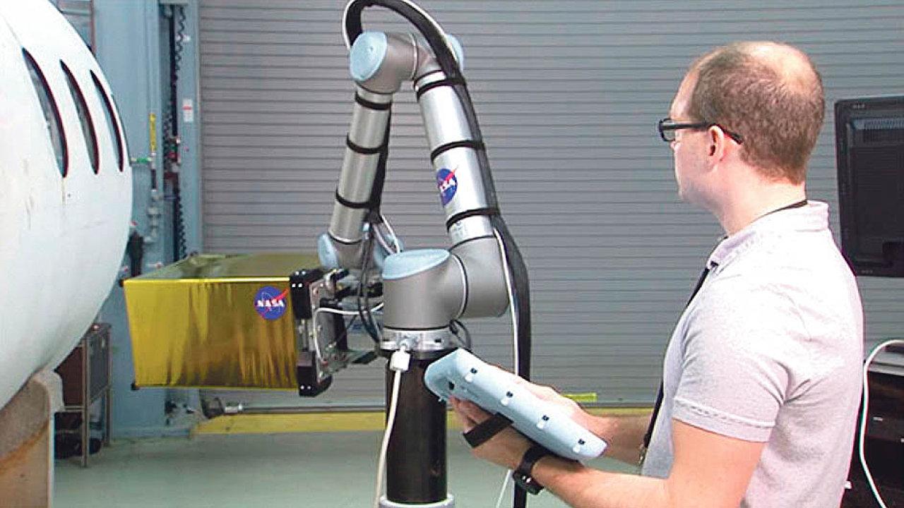 Společnost Universal Robots uvedla, že NASA využívá kolaborativního robota ke kontrole kvality leteckých trupů s pomocí infračervené termografie.