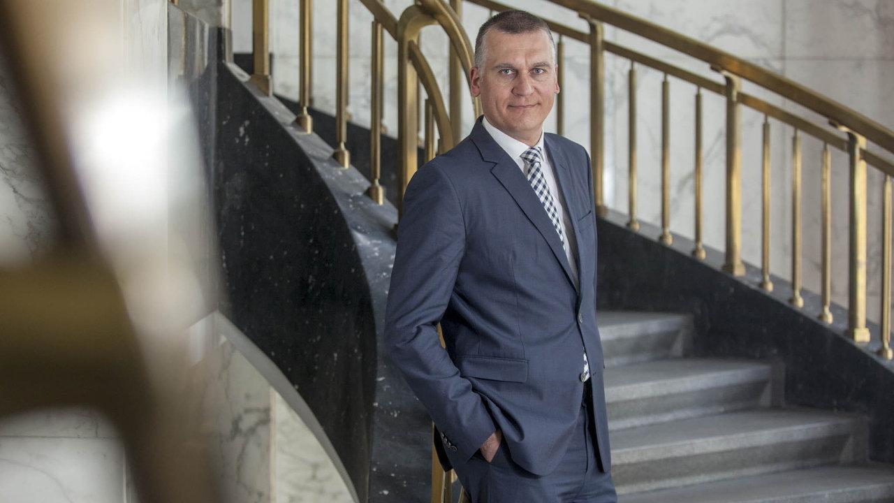 Ve čtvrtek má narozeniny Marek Mora (47), člen bankovní rady ČNB.