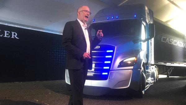 Šéf severoamerické divize Daimleru Roger Nielsen představuje elektrický kamión Freightliner eCascadia.