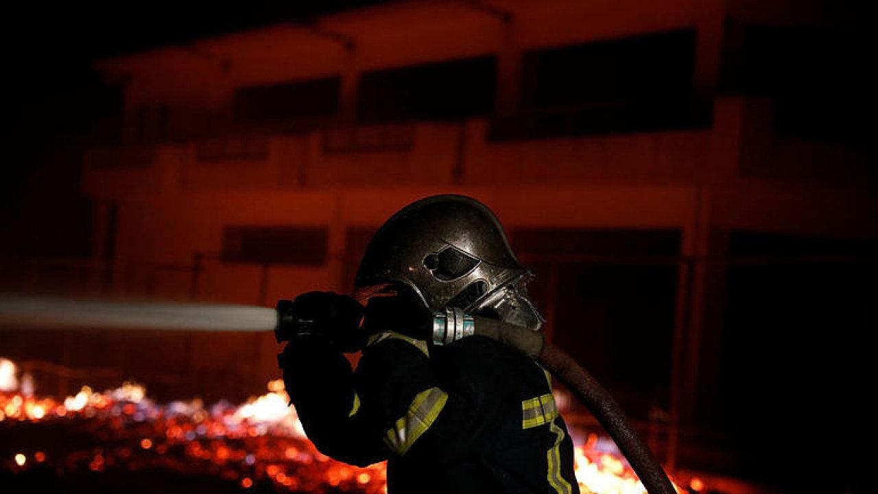 Řecko devastují obří požáry. Lidé utíkají na pláže.