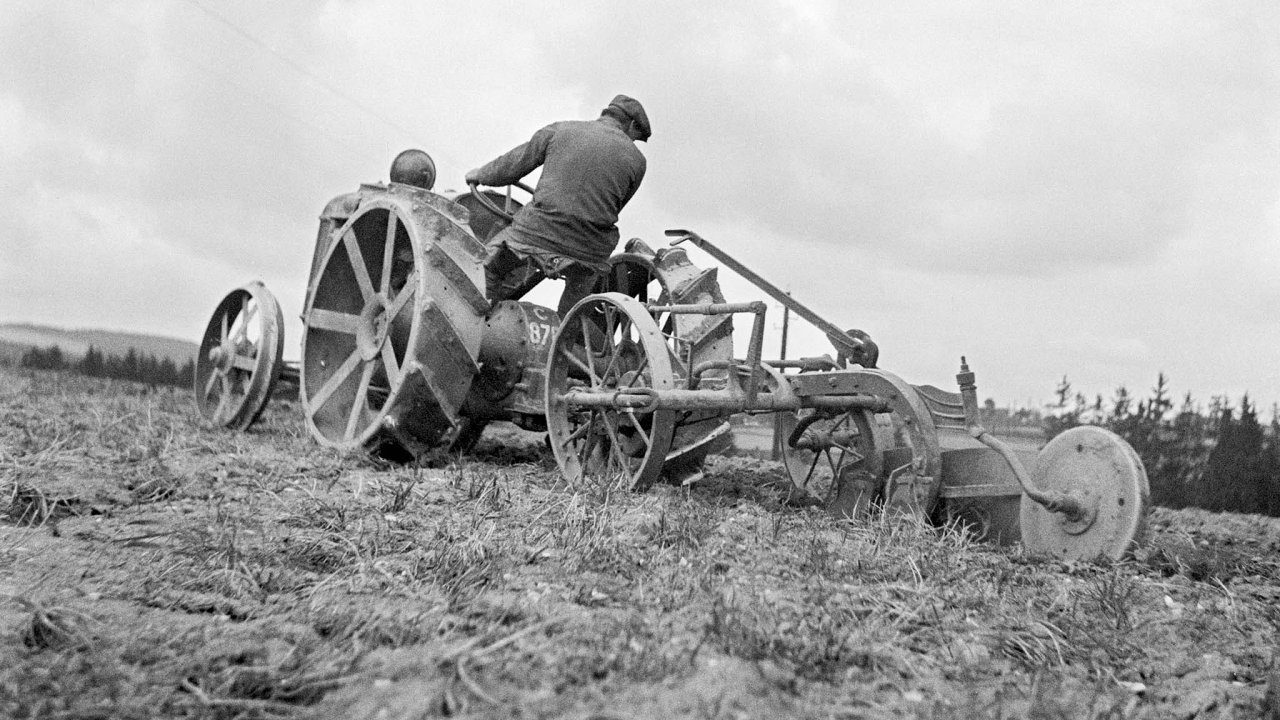 Od první poloviny třicátých let byly na československých polích stále častěji vidět traktory.