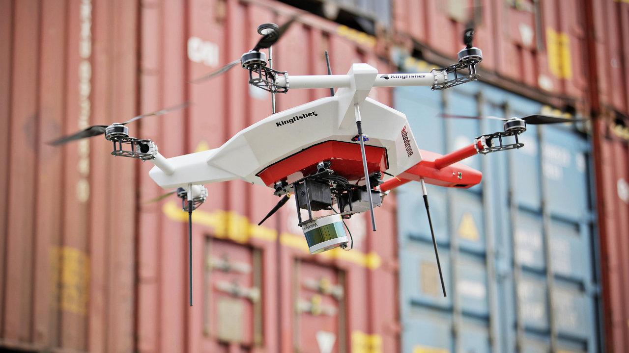Dron je schopen ze vzduchu rozpoznávat a počítat prázdné palety na vnějších plochách závodu.