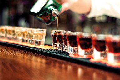 Reklama na alkohol nesmí být v současnosti zaměřená na lidi mladší 18 let, spojovat jeho pití s úspěchem ve společnosti nebo ironicky hodnotit abstinenci. Ilustrační snímek.