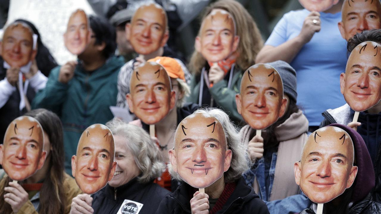Účastníci demonstrace proti systému rozpoznávání obličejů společnosti Amazon schovávají své tváře za masky ředitele společnosti Jeffa Bezose.