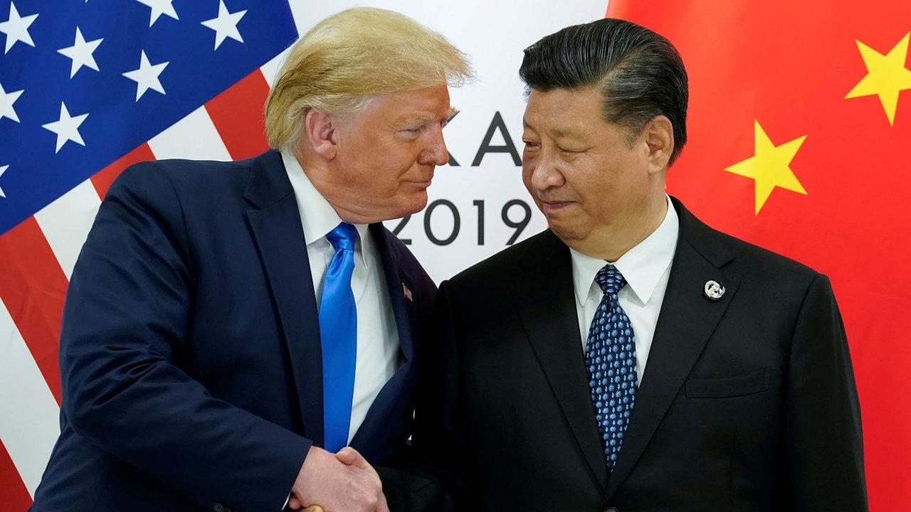 Americký prezident Donald Trump (na snímku s čínským prezidentem Si Ťin-pchingem na červnovém summitu G20 v Ósace) oznámil dosažení první fáze obchodní dohody na svém Twitteru.